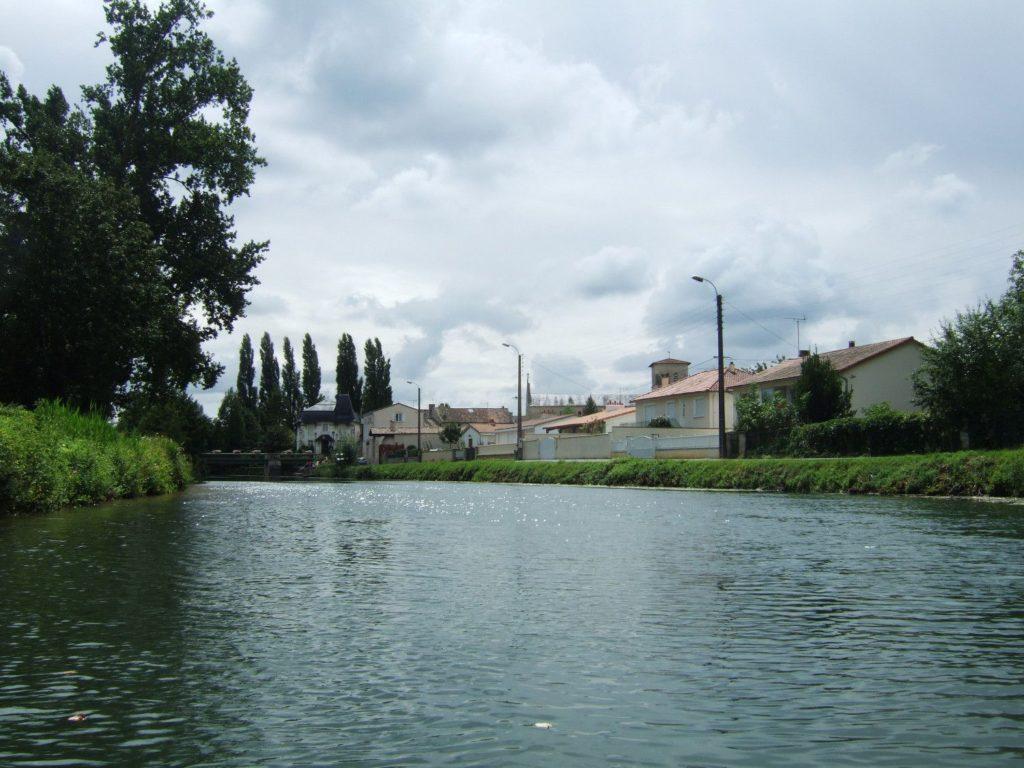 Maisons sur le bord de la Sèvre Niortaise à Magné