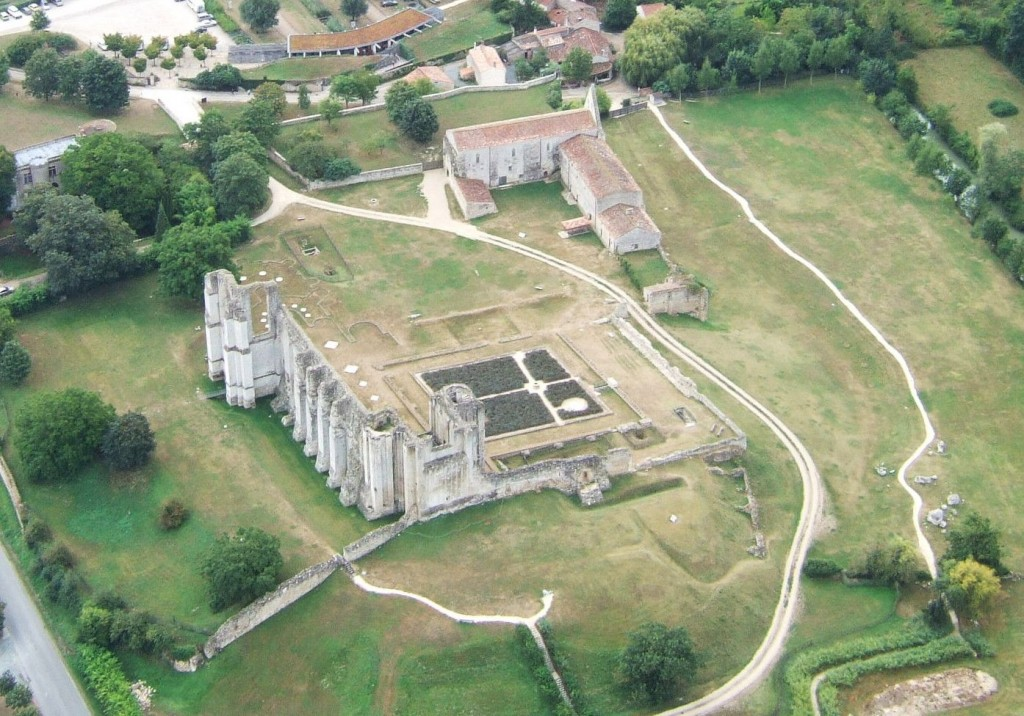 vue aérienne sur l'abbaye de Maillezais