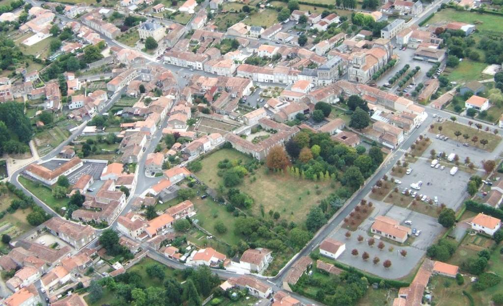 vue aérienne sur le centre de Maillezais