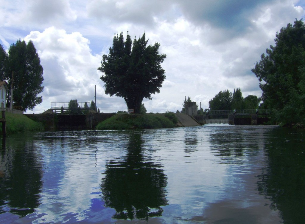 Vue sur le barrage de Marais Pin à Magné